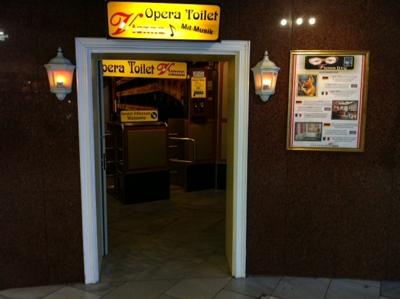 Különleges élményt nyújtó WC a bécsi Opera mellett