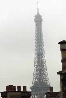 Az Eiffel torony az ablakból